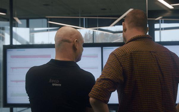 Stan en Sietze kijken naar een scherm